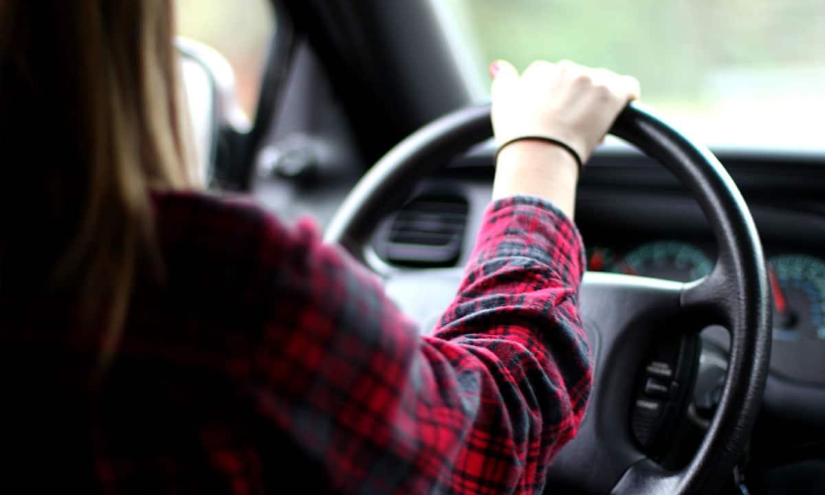Фото девушка в машине за рулем лица не видно