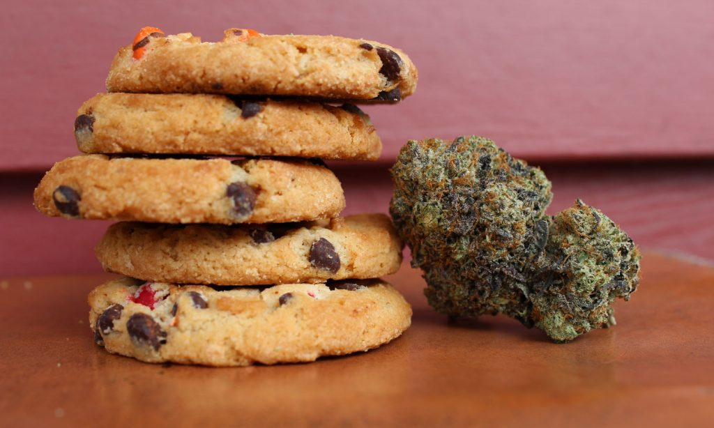 5 differences cannabis edibles and flower