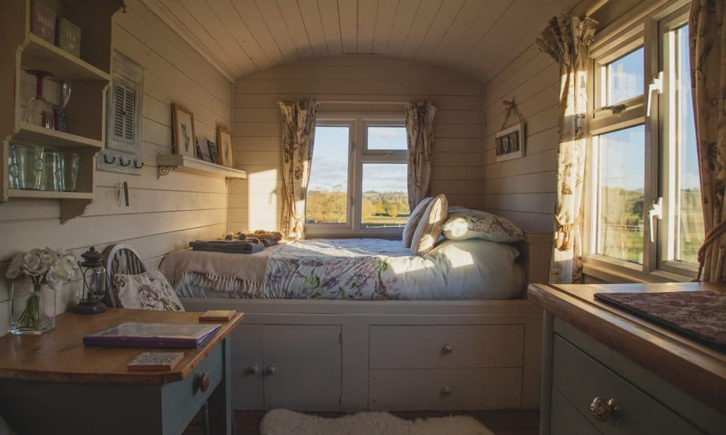 5 Things Sleep Experts Would Never Include In Their Bedrooms